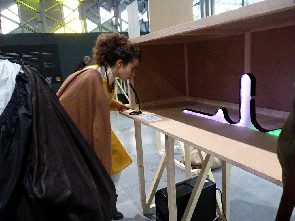 Phonia lampe interactive à l'éclairage déterminer par les sons utilisés pour l'allumer